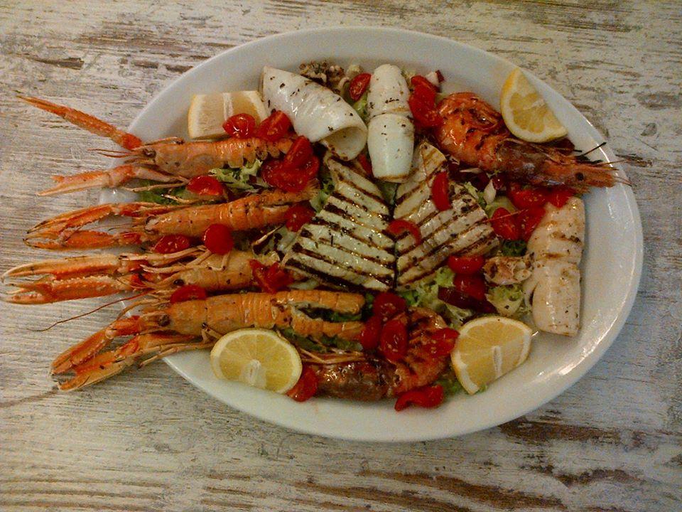 Grigliata di pesce & Sangria bianca da Ristorante Trattoria Il Capitano a Viareggio